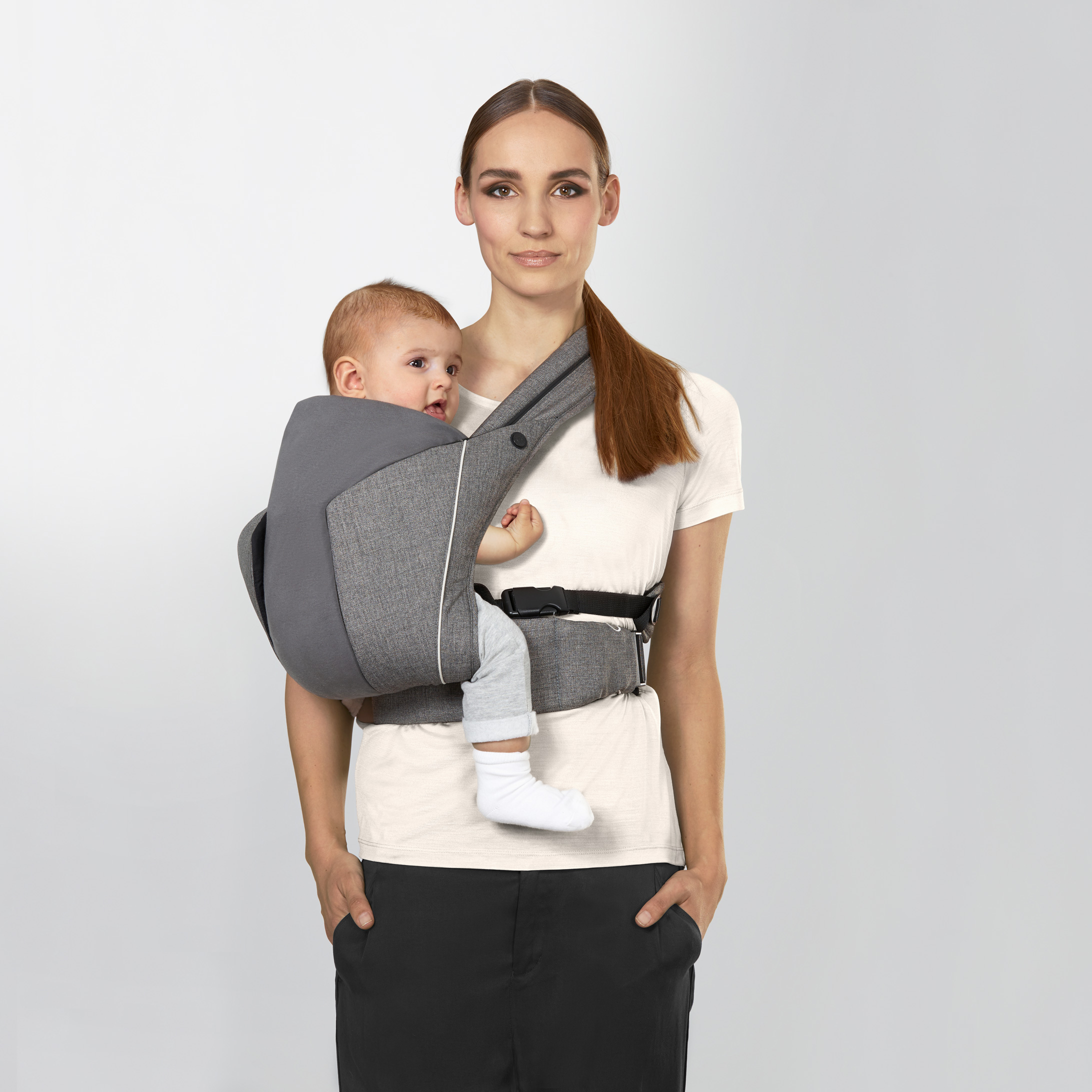 192b55a2b7d Babies that can hold their own head (from around 3-4 months) can also be  carried in the side position. This allows them to rest against mum s  shoulder while ...